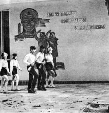 У здания Поста № 1. Фото в фотоочерке «Аллея Славы», 1981 г.