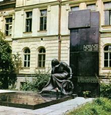 Памятник, возведенный коллективом Одесского медицинского института. Фото в фотоочерке «Аллея Славы», 1981 г.