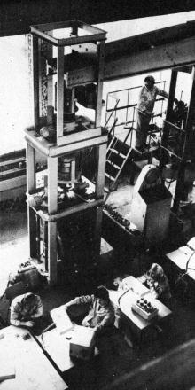 Участок испытания тензодатчиков. Фото в буклете «Одесскому заводу имени П. Старостина 100 лет», 1982 г.