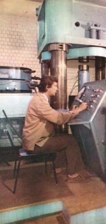 За пультом уникального пресса с предельным усилием в 3 тыс. тонн. Фото в буклете «Одесскому заводу имени П. Старостина 100 лет», 1982 г.