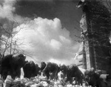 Одесситы разбирают разрушенный вокзал, 1944 г.