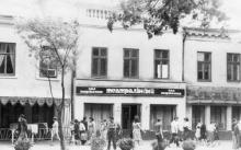 Ресторан «Театральный» на ул. Советской Армии, «Пассаж» левее