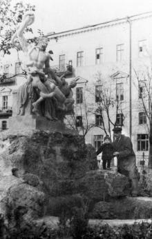 Одесса. У скульптуры «Лаокоон» в сквере им. Р. Люксембург. 1951 г.