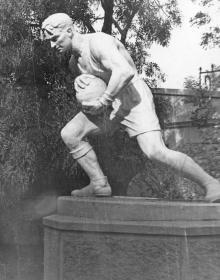 Скульптура возле стадиона в парке им. Шевченко