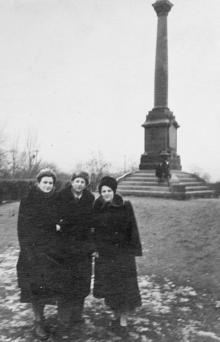 Возле колонны в парке им. Шевченко. Одесса. 1953 г.