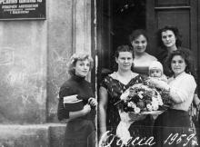 Перед входом в школу рабочей молодежи № 18, ул. Чичерина, № 58. 1959 г.