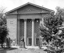 Памятник М.В. Ломоносову перед главным корпусом института технологии зерна и муки имени И.В. Сталина, 1961 г.