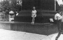 На постаменте памятника Воронцову. 1950-е гг.