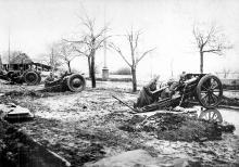 Приморский бульвар, артиллеристы соединения гвардии полковника Ефимова производят салют в честь освобождения Одессы, батарея 122-х мм орудий, 1944 г.