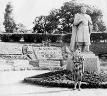 Возле памятника Богдану Хмельницкому в парке им. Шевченко. 1959 г.