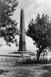 Памятник неизвестному матросу. Аллеи Славы еще нет. Начало 1960-х гг.