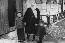 Возле дома № 28 по ул. Серова. Одесса, 1957 г.