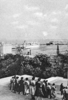 Вид на морской вокзал с Потемкинской лестницы. Фото в буклете «Одесса. Морские прогулки», 1961 г.