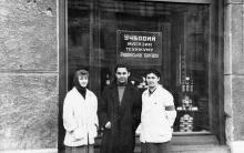 Возле витрины гастронома на ул. Ленина, 31, угол ул. Ярославского. Одесса. 1961 г.