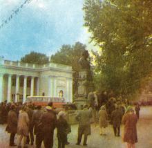 Туристы у памятника А.С. Пушкину. Фото в брошюре «Одесская туристская база», 1972 г.