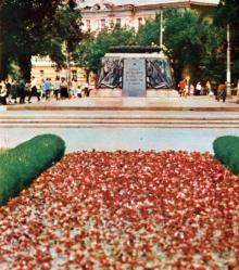 Пам,ятник борцям за владу Рад. Фото В.П. Дєдова в фотобуклеті «Одеса. Сторінки революційної слави», 1973 г.