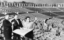 Реконструкция стадиона, на снимке слева направо директор стадиона З.Г. Воскобойников, главный инженер М.Б. Сощин, производитель работ М.Б. Бравер, 1946-1950 годы