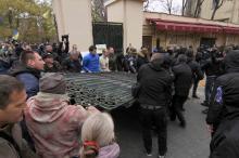 Снятие ворот Летнего театра митингующими. Фото О. Владимирского. 18 ноября 2017 г.
