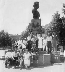 Возле памятника Пушкину. Одесса. 1939 г.