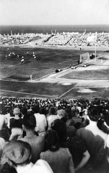 Стадион «Пищевик», вид с западной трибуны на восточную, 11 августа 1946 г.