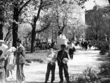Городской сад. Памятник Ленину и Сталину на аллее, ведущей от фонтана к выходу на ул. Советской Армии. 1952 г.