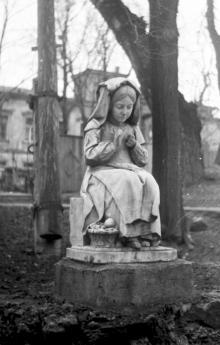 Скульптура «Девочка». Возможно, надгробный памятник, перенесенный с 1-го городского кладбища. Фото А. Дроздовского начала 1970-х гг.