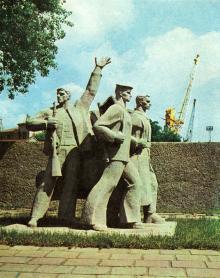 Памятник одесским портовикам, погибшим в годы Великой Отечественной войны. Установлен на территории порта. Фото в брошюре «Все флаги — в гости». 1975 г.