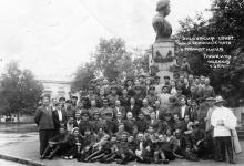 Экскурсия санатория им. Дзержинского у памятника Пушкину. Одесса. 1941 г.