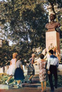 Памятник Вакуленчуку у входа в порт. Фото в брошюре «Одесса». 1964 г.