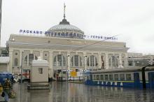 На перроне железнодорожного вокзала. Одесса. Фотограф В. Теняков. 24 ноября 2015 г.