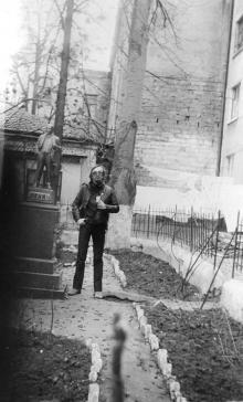 Памятник Ленину во дворе дома № 17 по ул. Короленко. Фото С. Осташко. 1987 г.