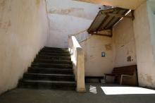 Лестница в корпусе бывшего санатория «Пролетарское здоровье» на территории санатория «Хаджибей». Фото Е. Волокина. 28 мая 2017 г.