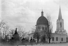 Церковь Всех Святых на старом православном кладбище. На переднем плане памятник генералу Ф.Ф. Радецкому