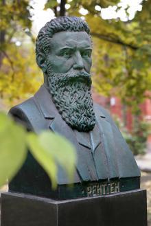 Памятник В. Рентгену на территории 11-й больницы. Фото В. Тенякова, ноябрь, 2015 г.