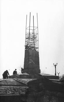Строительство обелиска Неизвестному матросу в парке Шевченко. Фото из архива Г. Топуза. Одесса, конец 1959 г.