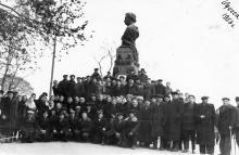 Фотография на фоне памятника Пушкину. Одесса. 1953 г.
