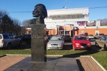 Памятник Горькому на фоне кинотеатра «Москва». Фото Е. Волокина. Одесса, январь, 2018 г.