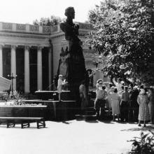Экскурсия возле памятника Пушкину. Одесса. 1959 г.