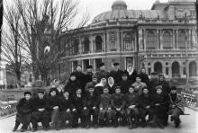 Экскурсия санатория ВЦСПС № 1 возле Одесской гос. оперы. 1951 г.