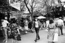 Цветочный базар на ул. Советской Армии. Фото Николая Супика. 1987 г.