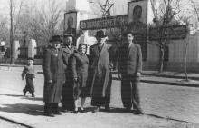 На Пролетарском бульваре, перед входом на Одесскую киностудию. Начало 1950-х гг.