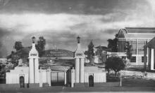 Фотография макета, выполненного в 1969 году к 50-летию киностудии: вход на территорию Одесской кинофабрики в 1922 г.