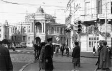 Дерибасовская угол Ришельевской. Вид на Оперный театр и угол дома № 10 по Дерибасовской улице. 1970-е гг.