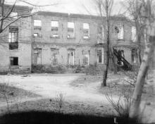 Руины цеха обработки пленки Одесской киностудии. Фото из коллекции Ольги Щербаковой. Конец 1940-х гг.