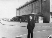 Перед зданием Одесского аэровокзала. 1964 г.