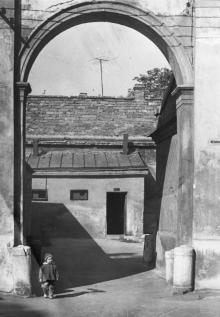 Боковой выход из двора художественного музея (в настоящее время заложен). 1960-е гг.