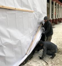 Возле накрытого торгового павильона с тыла дома № 46 по Греческой улице. Фото Юрия Маслова. 28 марта 2018 г.