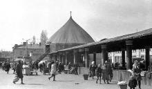 Привоз со стороны ул. Советской Армии (Преображенской), в круглом балагане с брезентовой крышей аттракцион «Гонки мотоциклов по вертикальной стене», 1950-е годы
