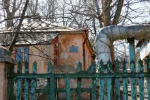 Забор лагеря «Юный моряк» со стороны ворот ул. Дача Ковалевского. Фото Е. Волокина. 08 апреля 2018 г.