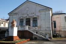 Памятник Т.Г. Шевченко в перед одним из корпусов санатория МЧС. Фото Евгения Волокина, апрель, 2018 г.